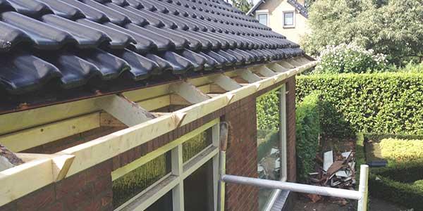 Een houten dakgoot herstellen of vervangen