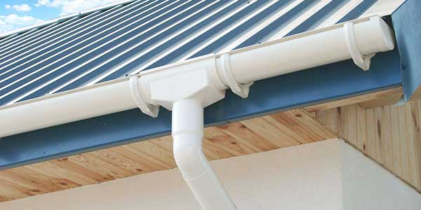 Een PVC dakgoot herstellen of vervangen
