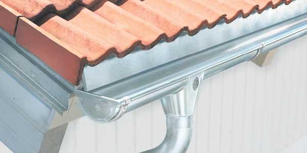 Een zinken dakgoot herstellen of vervangen