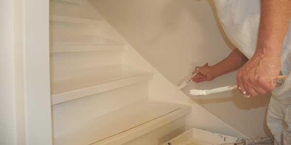 Grondverf aanbrengen op trap