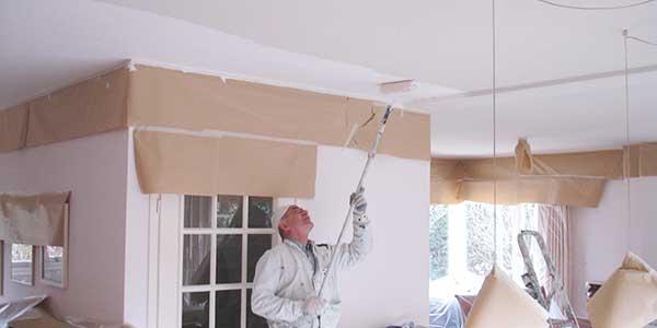 Plafond schilderen met een hechtende primer
