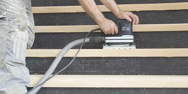 Voorbereiding: trap schuren en dan schilderen